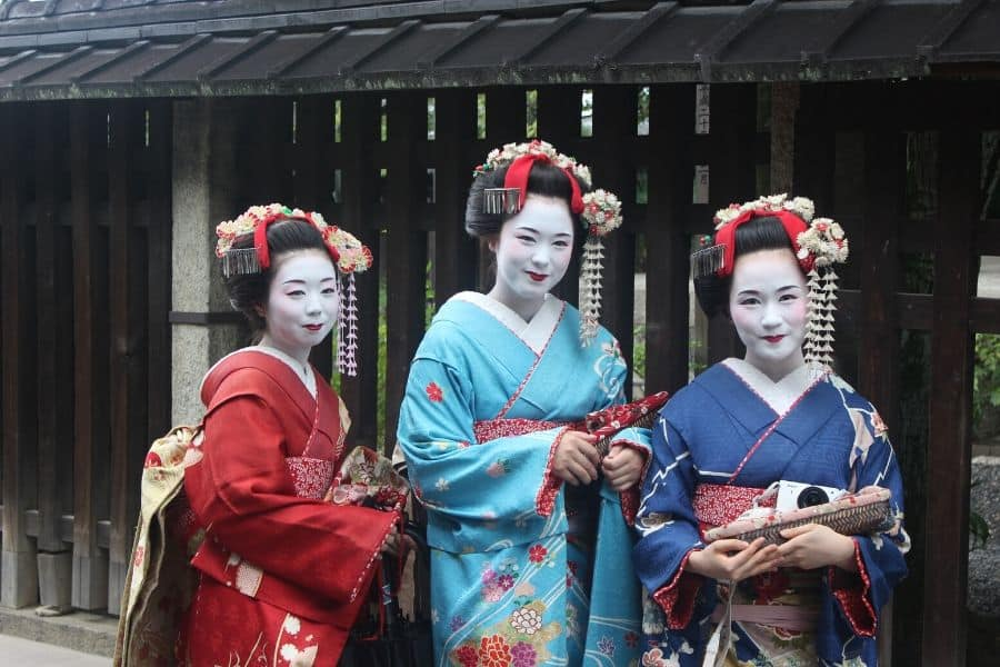 how to use licorice root for skin - image shows Japanese geishas